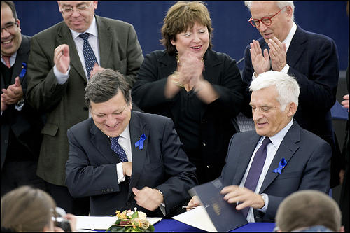 Presidents Buzek and Barroso sign an agreement under the Lisbon treaty